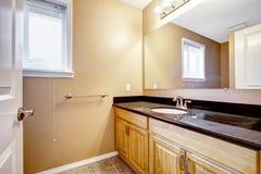 Шкаф тщеты ванной комнаты с зеркалом Стоковые Изображения RF