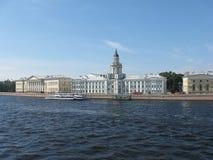 Шкаф любопытств Река Neva святой petersburg России моста okhtinsky Стоковое фото RF
