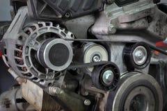 Шкив, пояс и генератор современного автомобиля обслуживая стоковая фотография