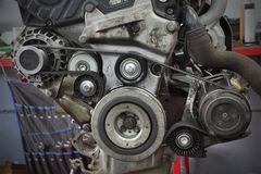 Шкив, пояс и генератор современного автомобиля обслуживая стоковое изображение rf