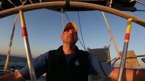 Шкипер матроса управляет сосудом плавания во время гонки регаты в открытом море видеоматериал