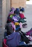 Школа вне Backpacks против стены стоковое фото rf
