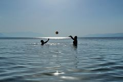 Школа волейбола в море Стоковое Изображение RF