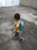 школа мальчика идя к стоковое изображение rf