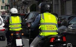 Школа мотоцилк на занятой дороге в городе Генуи Genova Италии стоковая фотография rf