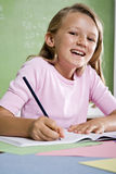школа тетради близкой девушки вверх по сочинительству Стоковое Изображение