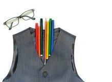 Школа установила с жилетом, карандашами, ручками войлок-подсказки, и стеклами на белой предпосылке E E o стоковое изображение