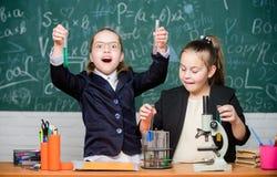 Школьная форма девушек занятая с доказывать их гипотезу Эксперимент по школы Концепция науки Студенты спортзала с внутри стоковое фото