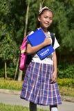 Школьная форма красивой милой девушки школы студентки филиппинки нося с книгами стоковое изображение