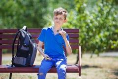Школьник гримасничая, ребенк похваляясь с обтекателем втулки непоседы развлеките стоковое фото rf