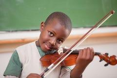 Школьник играя скрипку Стоковые Фото