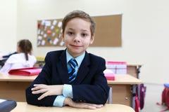 Школьник на столе стоковые фото