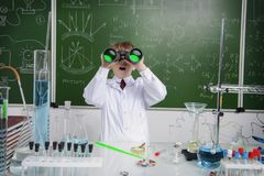 Школьник смотрит через бинокли стоковые фотографии rf