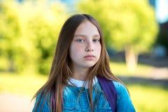 Школьница девушки в лете в парке Портрет конца-вверх девушки с длинными волосами веснушки на стороне Эмоции серьезное Стоковые Фото