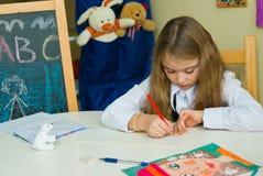 Школьница делает уроки стоковые фотографии rf