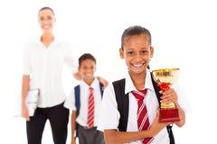 Школьница держа трофей стоковые изображения rf