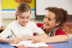 школьница класса изучая учителя стоковые фото