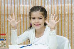 Школьница на ее столе стоковое фото