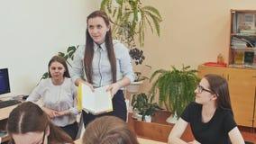 Школьница ответственна для учителя стоя с книгой в ее руках Русская школа акции видеоматериалы