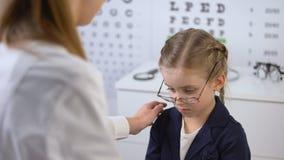 Школьница со сломленными eyeglasses, жертва добросердечного optician поддерживая задирать сток-видео