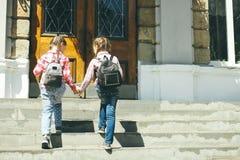 Школьницы с schoolbags Стоковые Изображения RF