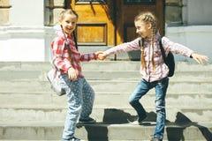 Школьницы с schoolbags Стоковая Фотография RF