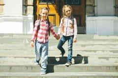 Школьницы с schoolbags Стоковое фото RF
