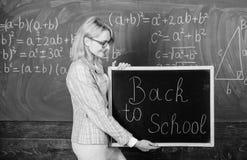 Школьное время снова Зрачки школьного учителя счастливые радушные Большее начало учебного года Верхние пути приветствовать стоковое изображение