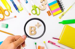 Школьные принадлежности в столе школы, канцелярских принадлежностях, концепция школы, стоковое фото