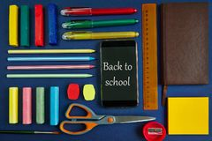 Школьные принадлежности и канцелярские принадлежности на голубой предпосылке стоковые изображения