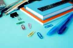Школьные принадлежности на голубой предпосылке стоковое изображение