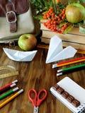 Школьные принадлежности на деревянном столе Стоковые Изображения