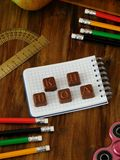 Школьные принадлежности на деревянном столе Стоковое фото RF