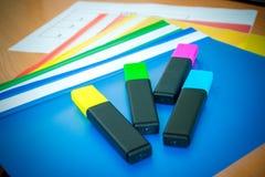 Школьные принадлежности на зеленой предпосылке Ручки, карандаши, ножницы, правитель, бумажные зажимы, тетрадь и отметка на таблиц стоковое фото rf