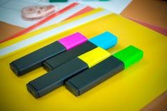 Школьные принадлежности на зеленой предпосылке Ручки, карандаши, ножницы, правитель, бумажные зажимы, тетрадь и отметка на таблиц стоковые фотографии rf