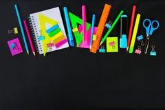 Школьные принадлежности на предпосылке классн классного готовой для вашего дизайна Плоское положение Взгляд сверху скопируйте кос Стоковое Фото