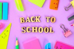 Школьные принадлежности на фиолетовой предпосылке готовой для вашего дизайна Плоское положение Взгляд сверху Стоковая Фотография RF