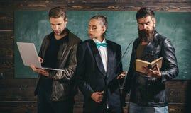 Школьные учителя Девушка бородатого человека мужеская и красивые коллеги школы парня Занятие преподавательства и образования стоковые фотографии rf