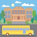 Школьный автобус около школы Стоковое Фото