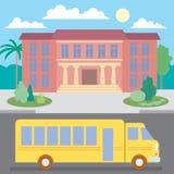 Школьный автобус около школы Стоковая Фотография RF