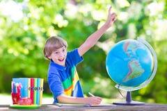 школа заднего мальчика идя счастливая к Стоковая Фотография