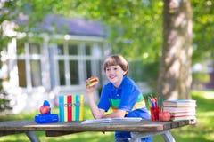 школа заднего мальчика идя счастливая к Стоковая Фотография RF