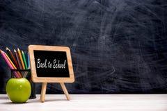 Школа и канцелярские товары и яблоко перед классн классным Стоковые Фотографии RF