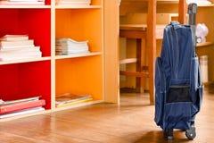 Школа рюкзака в комнате домашней работы Стоковая Фотография