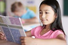 школа учебного прочесса элементарных exellent девушок мальчика ленивая Стоковое Изображение