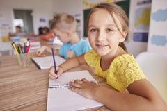 школа учебного прочесса элементарных exellent девушок мальчика ленивая Стоковое Фото