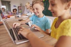 школа учебного прочесса элементарных exellent девушок мальчика ленивая Стоковая Фотография RF