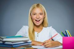 школа copyspace принципиальной схемы черных книг предпосылки Девушка портрета крупного плана успешная счастливая рисует карандаш Стоковые Изображения