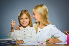 школа copyspace принципиальной схемы черных книг предпосылки Девушки портрета крупного плана успешные счастливые рисуя карандаш Стоковое фото RF