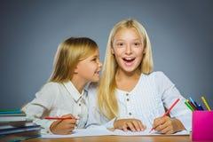 школа copyspace принципиальной схемы черных книг предпосылки Девушки портрета крупного плана успешные счастливые рисуя карандаш Стоковое Фото